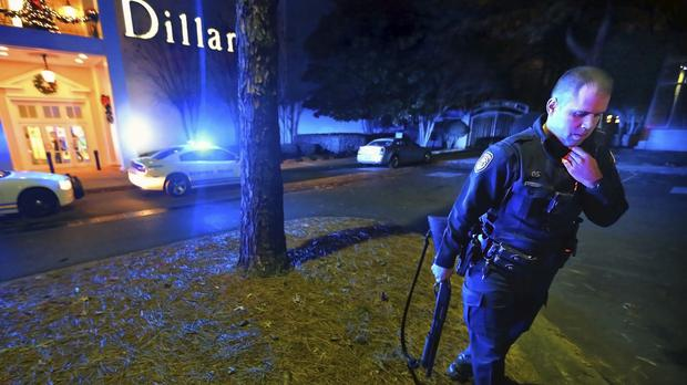 Police officers block off the entrances to the Oak Court Mall in Memphis (Commercial Appeal/AP)
