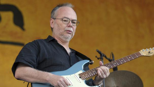 Walter Becker performs during the 2007 Jazz and Heritage Festival in New Orleans (AP/Dave Martin)