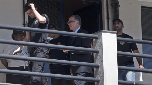 Carlos Nuzman, President of the Brazilian Olympic Committee is escorted by federal police officers, at the Federal Police headquarters, in Rio de Janeiro, Brazil (AP Photo/Silvia Izquierdo).
