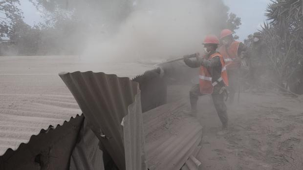 Soldiers work in the disaster zone (AP)