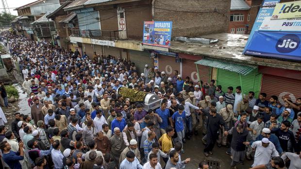 Kashmiri men carry the coffin of Shujaat Bukhari (Dar Yasin/AP)