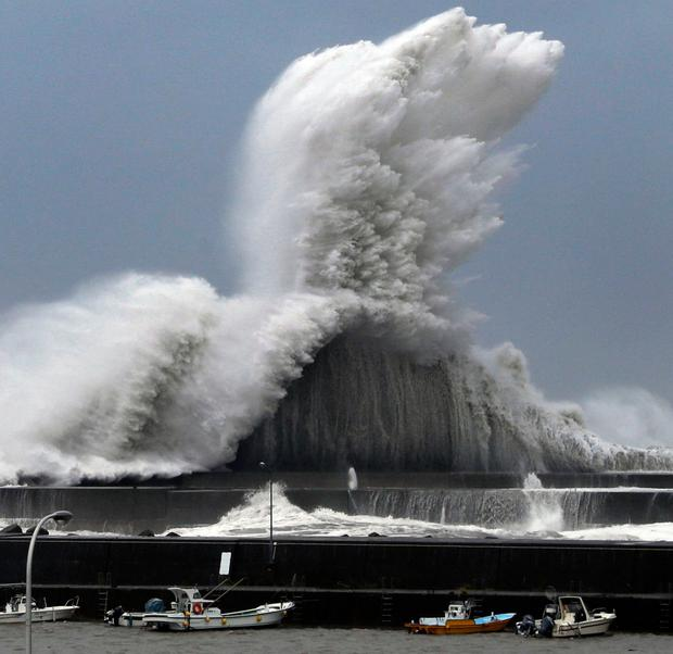 Huge waves at the port of Aki