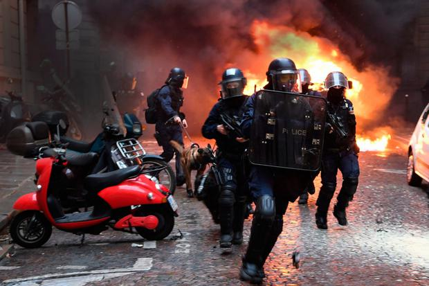 Almost 1,400 arrests in French 'yellow vest' protests as government offers dialogue