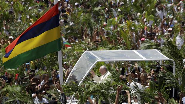 Pope Francis tells UK to obey UN resolution on Chagos