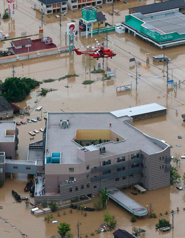 A helicopter helps rescue staff and patients who were trapped by the floods in Mabi Memorial Hospital in Kurashiki. Photo: AFP/Getty