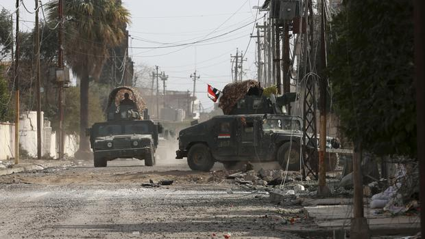Iraqi troops advance during fighting against IS militants in western Mosul