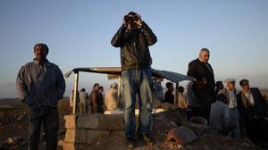 Turkish Kurds watch clashes between Syrian Kurdish fighters and militants of the Islamic State close to Turkey-Syria border (AP Photo)