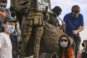 Protesters attach a chain to the statue (Anthony Jackson/The Albuquerque Journal/AP)