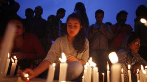 Nepalese people pay tributes to the victims of the April 25 earthquake (AP)
