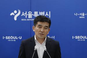 Hwang In-sik speaks to the media at Seoul City Hall (Lee Jin-man/AP)