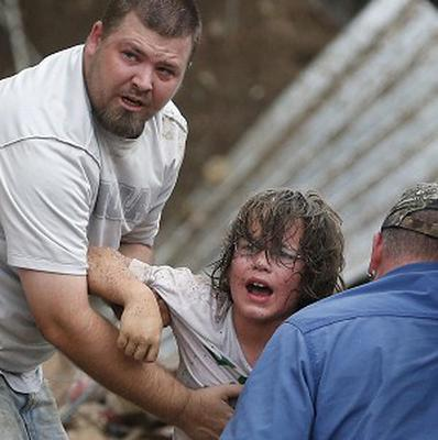 A child calls to his father after being pulled from the rubble of the Tower Plaza Elementary School following a tornado (AP/Sue Ogrocki)