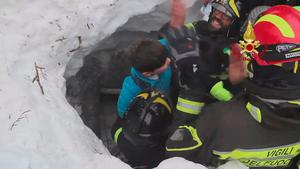 Firefighters rescue a survivor from Hotel Rigopiano in Farindola, central Italy, hit by an avalanche, in this handout picture released on January 20, 2017 provided by Italy's Fire Fighters. Photo: Vigili del Fuoco/Handout via REUTERS