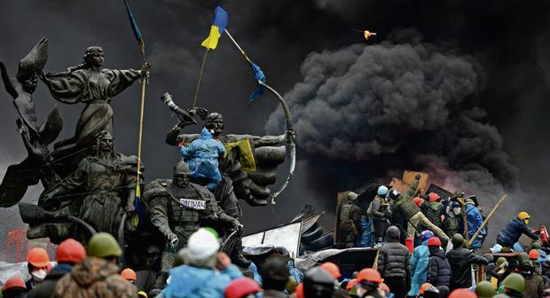 Hours after a truce is announced, violence between protesters and riot police resumes