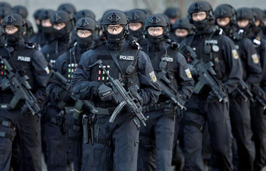 Police officers hold weapons during a training operation of the new BFE+ (Evidence and Arrestment) unit of the German federal police in Ahrensfelde near Berlin, Germany. Photo: AP