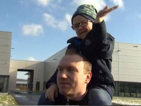 Andreas Graf takes Julius to work to meet his colleagues who supported him Photo: RTL Hessen screengrab