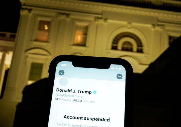 A photo shows the suspended Twitter account of former US President Donald Trump and the White House in Washington. Photo: REUTERS/Joshua Roberts.