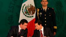 Mexico's President Enrique Pena Nieto speaks with Mexico's Interior Minister Miguel Angel Osorio Chong during the 41st session of the National Public Security Council at National Palace in Mexico City, Mexico, December 20, 2016. Photo: REUTERS/Edgard Garrido